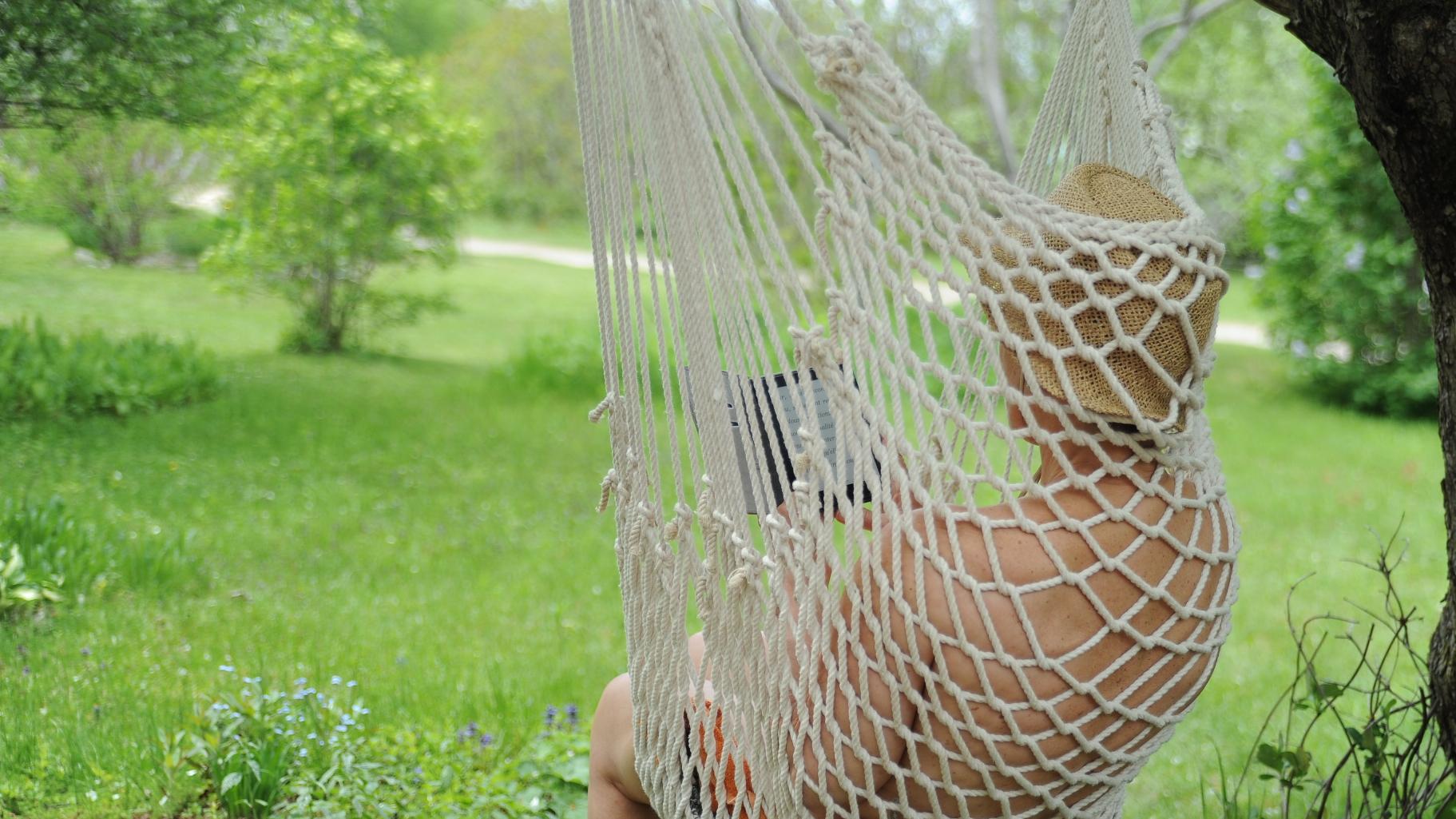 Dans un hamac nu, à lire parmi les oiseaux-mouche